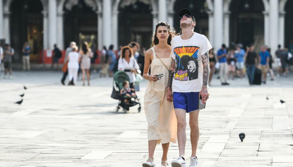 FORRIGE FLAMME: Pete Davidson hånd i hånd med skuespiller Margaret Qualley i Venezia i starten av september. Nå er flørten over, og Pete har tilsynelatende gått videre til neste unge kjendiskvinne. Foto: NTB scanpix