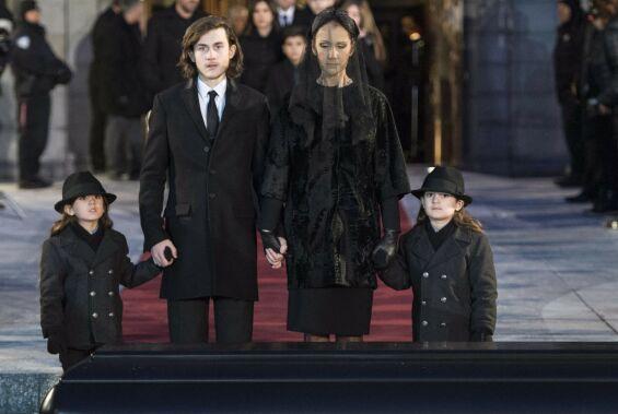 I SORG: Céline Dion med tvillingene Eddy og Nelson og eldstesønnen René-Charles etter begravelsen til ektemannen René Angelil i 2016. Foto: NTB scanpix