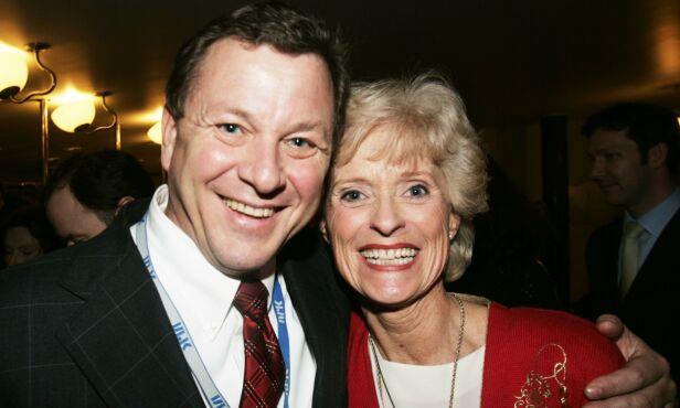 JUBILEUM: Her er Kristin Johnson sammen med daværende kringkastingssjef John G Bernander i 2004. Foto: NTB Scanpix