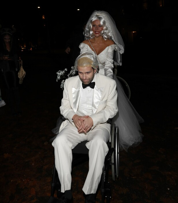 I BRUDEKJOLE: Nyforlovede Vanessa Rudjord ankom i brudekjole til Stordalens Halloweenfest. Foto: Andreas Fadum