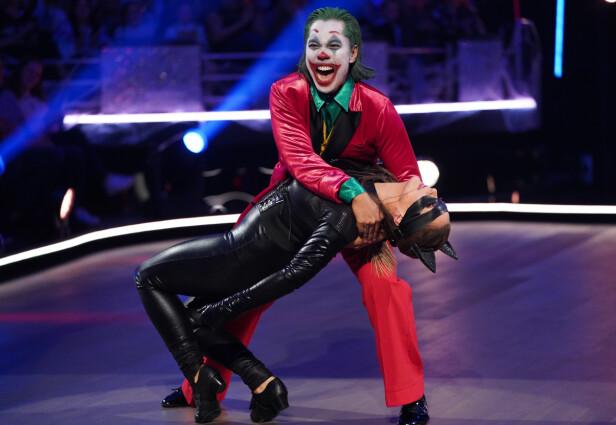 KLOVN: Christian Strand og Marianne Sandaker danset Tango lørdag kveld. Selv om dansen er typisk argentinsk, var antrekket alt annet. Foto: Espen Solli/TV 2