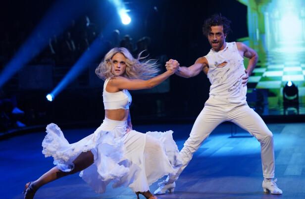 I HVITT: Emilie og Santino danset blant annet en Paso Doble under kveldens sending. Foto: Espen Solli/ TV 2