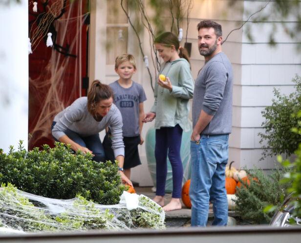 SAMMEN MED FAMILIEN: Ben Affleck hjemme hos Jennifer Garner med barna Seraphina og Samuel. Foto: NTB Scanpix