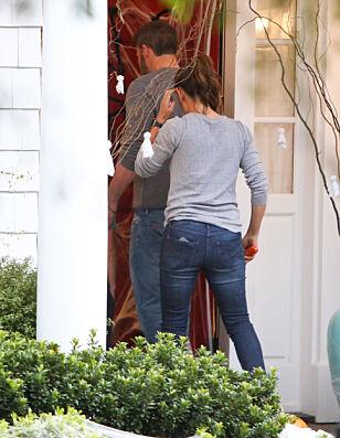 HOS EKSEN: Ben og Jennifer på vei inn i sistnevntes hjem. Foto: NTB Scanpix