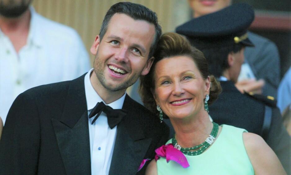 GODE TIDER: Ari og dronning Sonja på vei ut fra regjeringens mottakelse i forbindelse med det store prinsessebryllupet i 2002. Foto: Knut Falch / NTB Scanpix