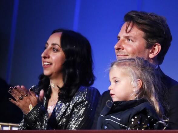 KOSTE SEG SAMMEN: Bradley Cooper nøt tilsynelatende litt kvalitetstid sammen med datteren Lea De Seine Shayk Cooper søndag. Foto: Paul Morigi/ Getty Images/ AFP/ NTB scanpix