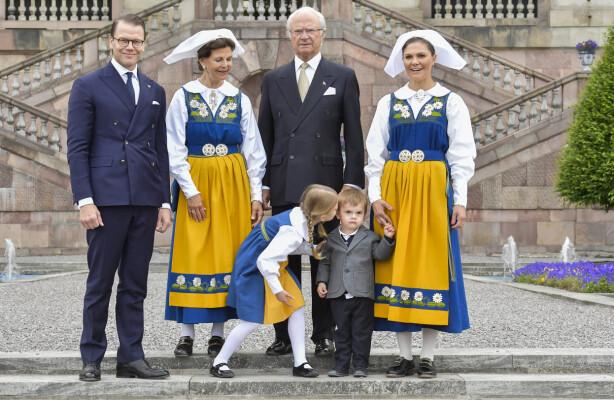 <strong>FAMILIEKOS:</strong> Denne uken skal kronprinsessen, ektemannen og barna bare slappe av og nyte tiden sammen. Her er de fotografert på den svenske nasjonaldagen, 6. juni, i fjor. Foto: NTB scanpix