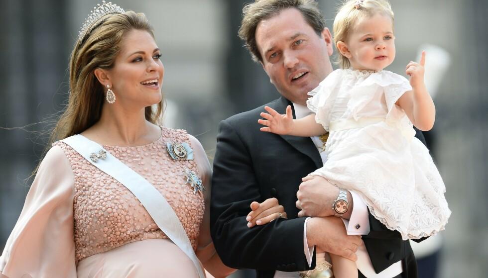 <strong>SKOLEKLAR:</strong> Prinsesse Madeleines eldste datter begynner på skolen neste år. Det betyr imidlertid ikke at familien må flytte hjem til Sverige, slik de tidligere ville vært nødt til. Her er Madeleine og ektemannen med Leonore da hun var ett år gammel. Foto: NTB Scanpix