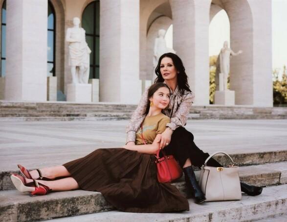 MOR OG DATTER: Catherine Zeta-Jones og Carys Zeta Douglas stilte opp sammen for det italienske motehuset Fendi. Foto: Courtesy Fendi