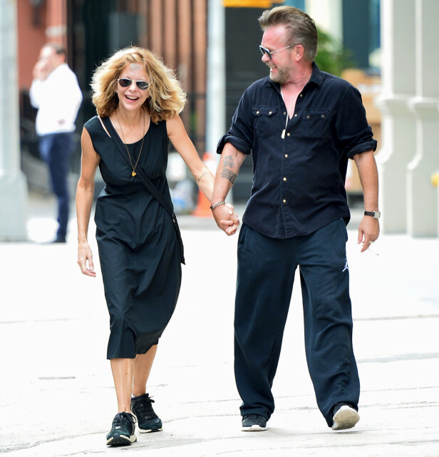 FRA LYKKELIGE TIDER: Her spaserer en lattermild Meg og John Mellencamp hånd i hånd i New Yorks gater høsten 2017. Foto: NTB Scanpix