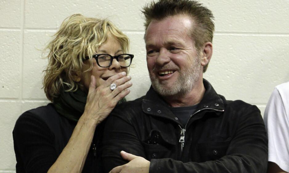 BRUDD IGJEN: Meg Ryan og John Mellencamp ble kjærester for første gang i januar 2011. Her er de avbildet sammen under en basketballkamp i desember 2011. Foto: NTB Scanpix