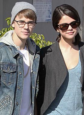 HYSTERI: Justin Bieber og Selena Gomez var et av verdens mest omtalte par før det gikk skeis. Foto: NTB scanpix