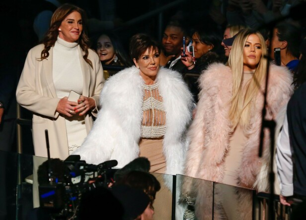 <strong>RYKTES OM ISFRONT:</strong> Ifølge flere kilder skal det være en konflikt mellom Khloé Kardashian og Caitlyn Jenner. Her er de avbildet sammen med Kris Jenner i 2016 under New York Fashion Week. Foto: NTB Scanpix