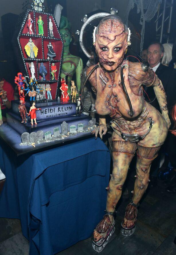 HEIDIWEEN: Heidi Klum brukte tolv timer på å bli klar for halloween torsdag. Slik så hun ut på festen. Foto: NTB Scanpix