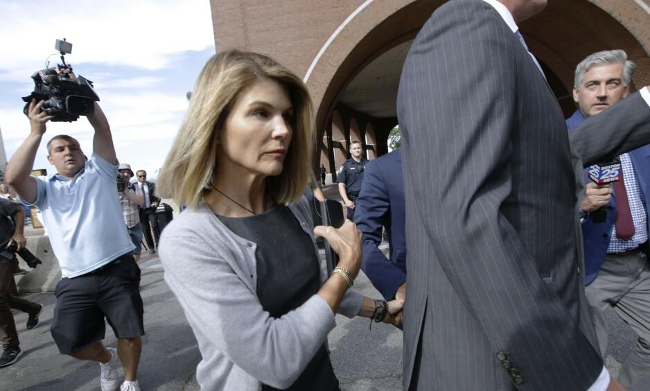 TILTALT: Lori Loughlin og ektemannen Mossimo Giannullis tiltale ble forrige måned utvidet. Nå nekter de straffskyld i de nye anklagene. Foto: NTB Scanpix