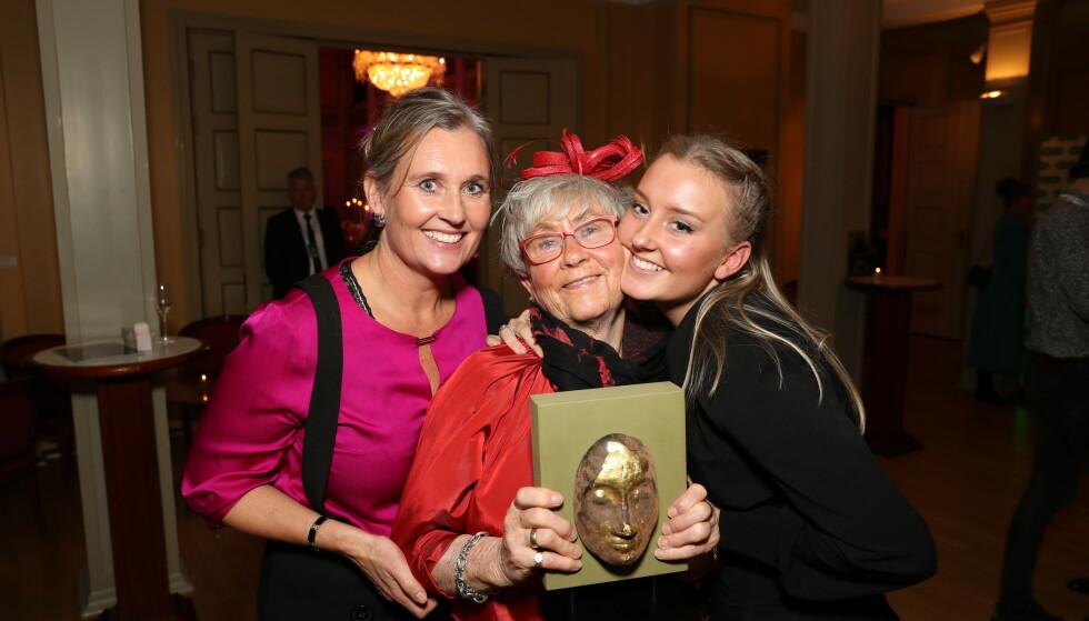 <strong>STOLT:</strong> Kirsten Koht tok imot prisen på datterens vegne. Her med datteren Jeanette Koht og barnebarnet Nora Koht. Foto: Andreas Fadum