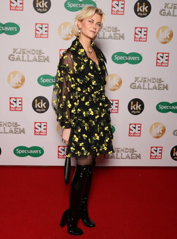 BLOMSTRET: Bertine Zetlitz rocket opp sin blomstrete kjole med høye lakkstøvletter. Foto: Andreas Fadum