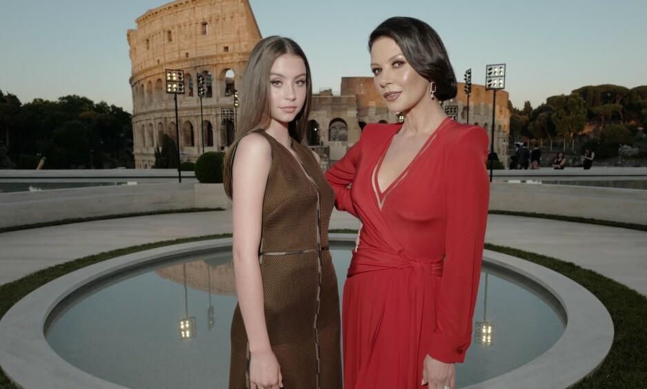 FØLGER I MORS FOTSPOR: 16 år gamle Carys Zeta Douglas gjør som mamma Catherine Zeta-Jones og beveger seg inn i rampelyset. Her er mor og datter på Fendi-visning i Roma i juli. Foto: Swan Gallet/ WWD/ Shutterstock/ NTB scanpix