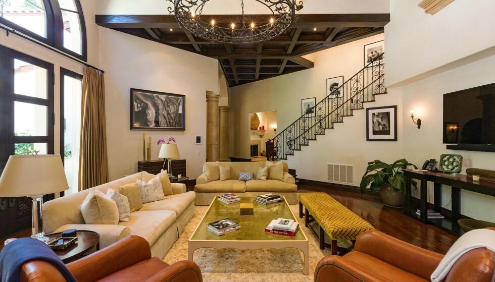 STUE: Dette er et av flere rom i villaen der familien kan samles. Her er det vinduer fra gulv til tak, så mye naturlig lys slippes inn. Foto: NTB Scanpix