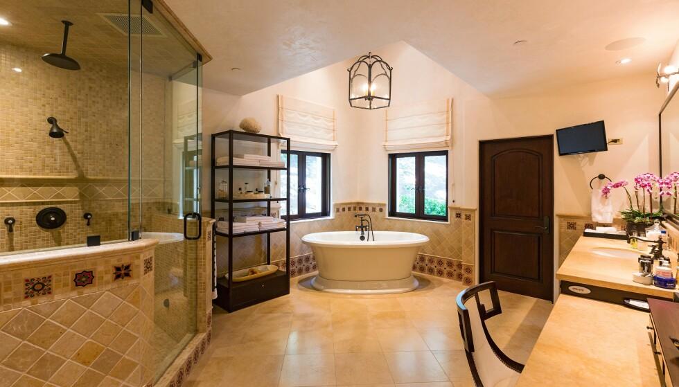 BAD: Et av boligens åtte baderom. Det er med andre ord ikke kø inn til toalettet om morgenen. Foto: NTB Scanpix