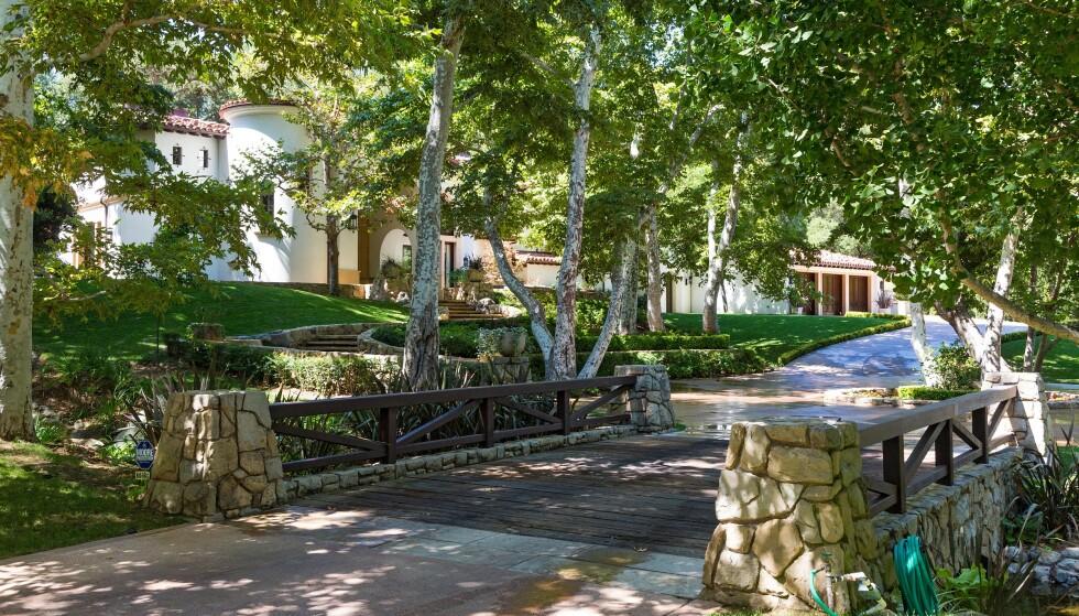 FRODIG: Boligen er plassert oppe i høyden. Rundt villaen er det likevel frodig natur. Foto: NTB Scanpix
