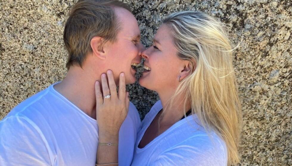 HURRA: Petter Pilgaard og Vendela Kirsebom er forlovet. Begge er for tida i Sør-Afrika, i forbindelse med en tv-innspilling, og Pilgaard bestemte seg altså for å fri til sin kjære. Foto: Privat