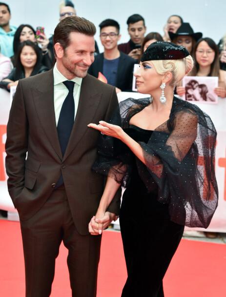 NÆR RELASJON: Både Cooper og Gaga har gitt uttrykk for at de fikk et nært bånd gjennom samarbeidet i «A Star is Born». Foto: NTB Scanpix