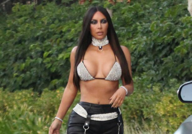 VILLE HYLLE AVDØD STJERNE: Kim Kardashian kledde seg ut som R&B-stjernen Aaliyah, men det var det ikke alle som satte like stor pris på. Foto: Splash News, NTB scanpix