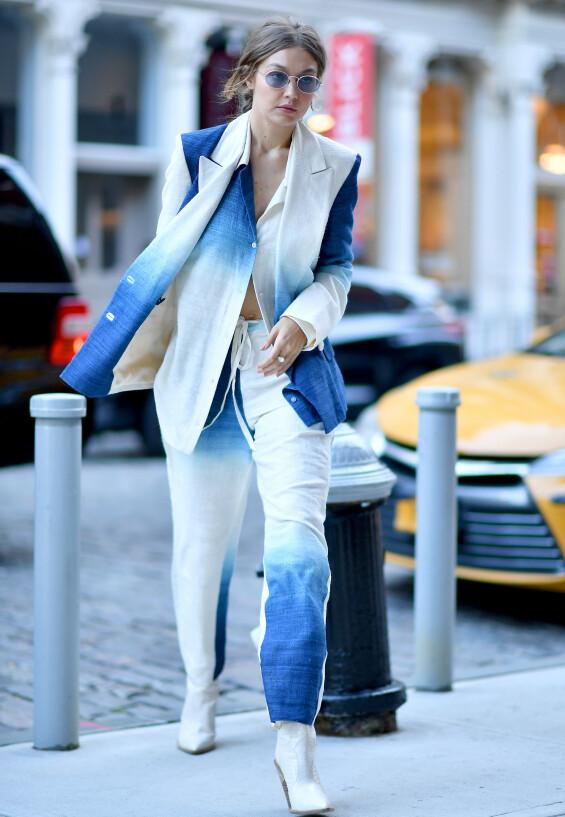 UTE PÅ VIFT: Gigi Hadid avbildet ute i New York ved en annen anledning, i midten av oktober. Foto: Splash News/ NTB scanpix