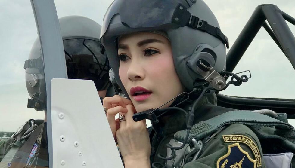 <strong>FLYR:</strong> Her er gemalinnen Sineenat i et jagerfly i et bilde det thailandske hoffet sendte ut i august. Foto: Royal Household Bureau/Handout via REUTERS