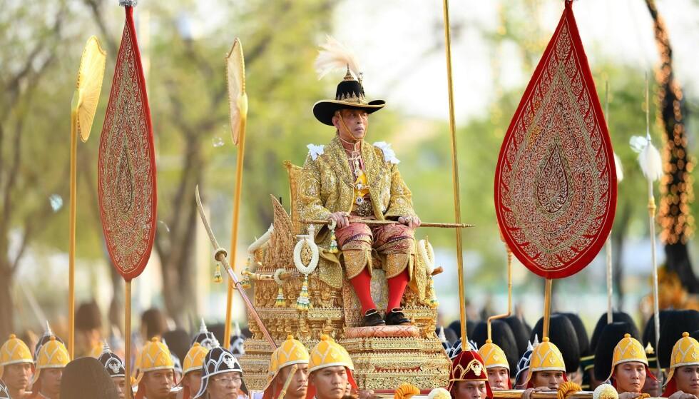<strong>POMPØST:</strong> Da kongen ble kronet i mai, ble han båret rundt på denne gullstolen. Foto: NTB scanpix