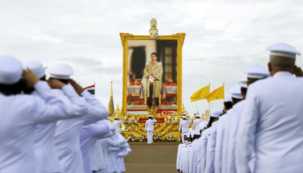 <strong>DISTANSERT:</strong> Her hyller offiserer i Thailand et bilde av deres konge. Bildet ble tatt i sommer i Bangkok. Foto: NTB scanpix