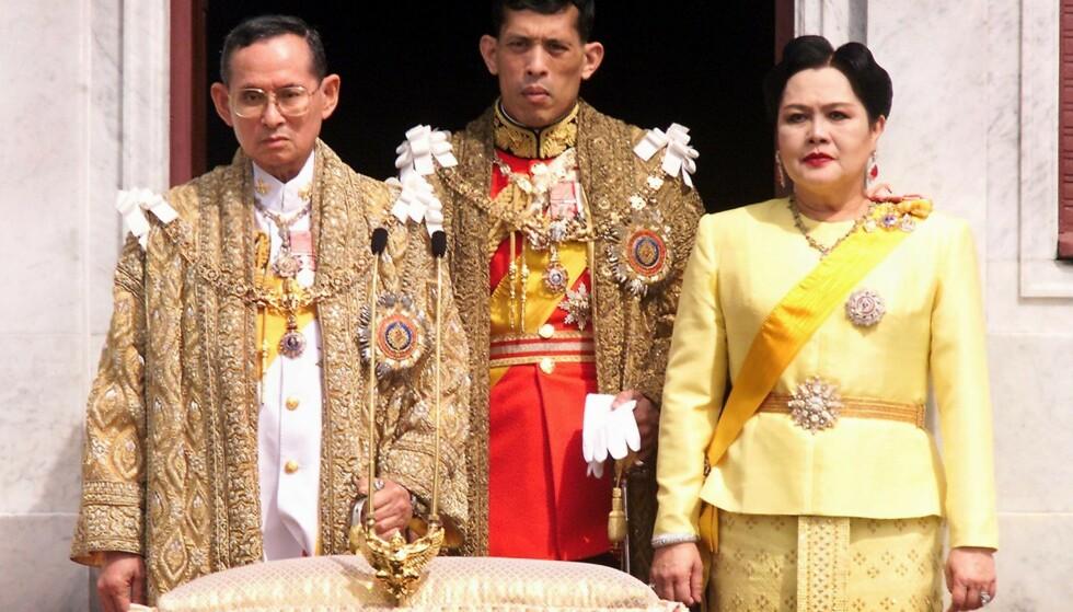 <strong>OMSTRIDT:</strong> Bildet av den avdøde kongen Bhumibol Adulyadej, kong Maha Vajiralongkorn og dronning Sirikit er tatt i 1999. Foto: AFP PHOTO / PORNCHAI KITTIWONGSAKUL
