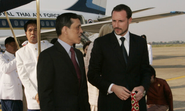 <strong>TATT I MOT:</strong> Her er kronprins Maha Vajiralongkorn avbildet med kronprins Haakon på flyplassen Don Muang i Bankok. Det var under kronprins Haakon og kronprinsesse Mette-Marits offisielle besøk i Thailand i 2004. Foto: Bjørn Sigurdsøn / SCANPIX / POOL