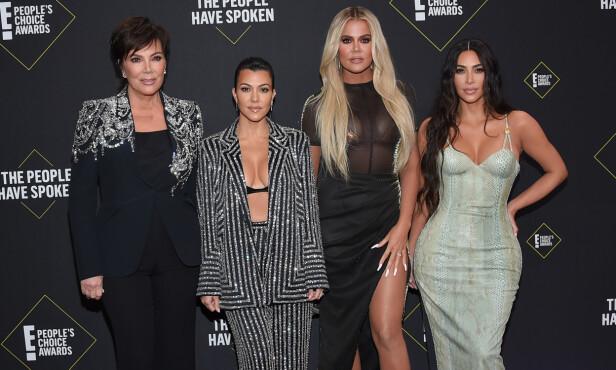 <strong>POPULÆRE:</strong> Kardashian-familien har blitt umåtelig populære verden over i løpet av de siste årene. Her er Kris, Khloé, Kourtney og Kim på den røde løperen under People's Choice Award. Foto: NTB Scanpix