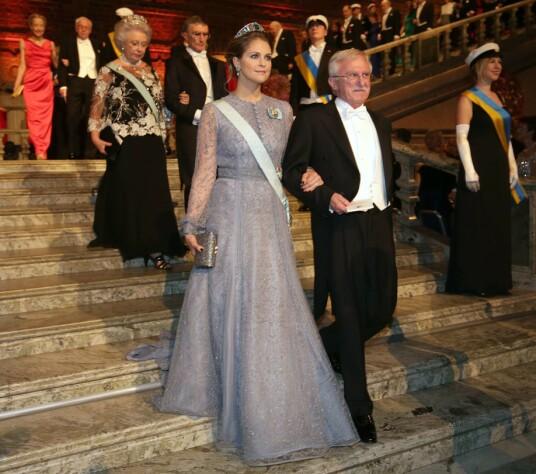 I 2015: Prinsesse Madeleine arm i arm med nobelprisvinner i kjemi, Paul Modrich, på vei inn til Nobelbanketten. Foto: AFP/ NTB scanpix