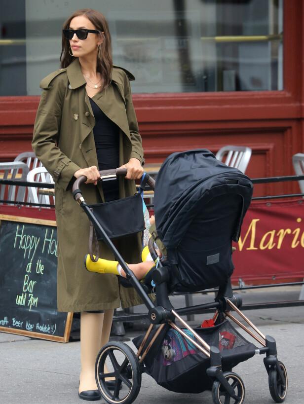 MAMMA: Sammen har Bradley Cooper og Irina Shayk den to år gamle datteren Lea. Etter bruddet deler de på omsorgsretten. Her er Shayk på trilletur med datteren i New York i sommer. Foto: NTB Scanpix