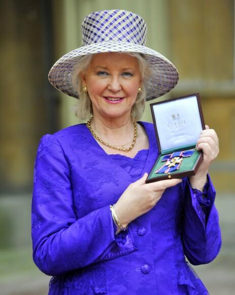<strong>FORFATTER:</strong> Angela Kelly røper flere hemmeligheter fra innsiden av det britiske kongehuset i sin nye bok. Hun har jobbet tett på dronningen i hele 17 år. Foto: NTB Scanpix