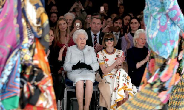 <strong>GODE VENNER:</strong> Angela Kelly (t.h) har jobbet tett med dronningen i mange år. Her er de avbildet under moteuken i London i fjor, sammen med Anna Wintour. Foto: NTB Scanpix