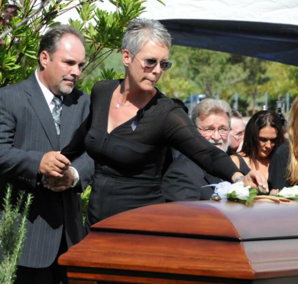 ALDRI RUSFRI: Tony Curtis var rusfri i en treårsperiode, forklarerJamie Lee Curtis i det ferske intervjuet. Her er hun ved farens kiste under begravelsen i Las Vegas i 2010. Foto: NTB Scanpix