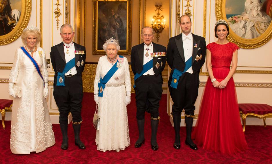 <strong>TIARA:</strong> Dronning Elizabeth har en stor smykkesamling, og flere tiaraer å velge mellom. Før bruk pusses de for å skinne mest mulig. Her med hertuginne Camilla, prins Charles, prins Philip, prins William og hertuginne Kate på slottsmiddag i 2016. Foto: REX/ NTB scanpix