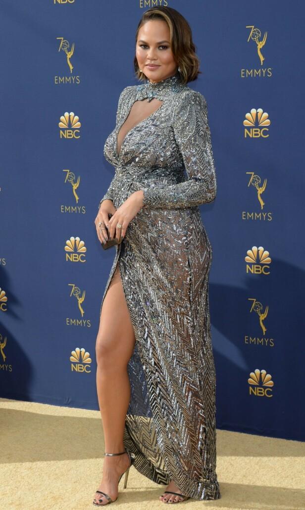 PÅ RØD LØPER: Chrissy Teigen var flott i denne designerkjolen på Emmy Awards-løperen. Foto: NTB scanpix