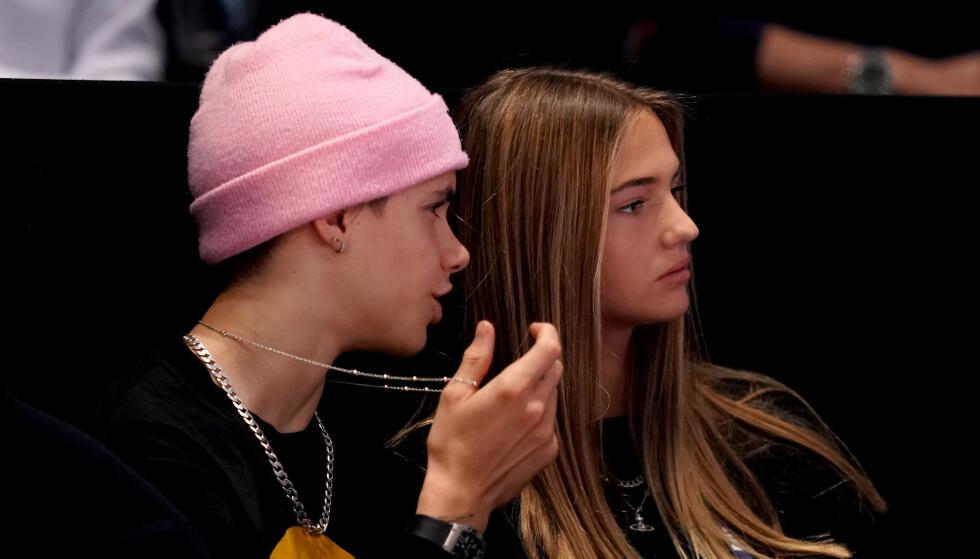 <strong>NY FLØRT?:</strong> Romeo Beckham har den siste tiden blitt koblet til en ny jente, denne gang 17 år gamle Mia Moocher. Her er de på tenniskamp i London søndag. Foto: NTB Scanpix