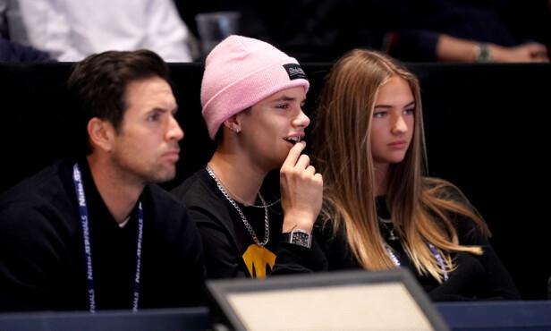 <strong>STORE FANS:</strong> Romeo har ofte blitt observert sammen med resten av Beckham-familien på ulike sporteventer, og var å se med pappa David på basketballkamp i USA i oktober. Her med sin angivelige flamme søndag. Foto: NTB Scanpix