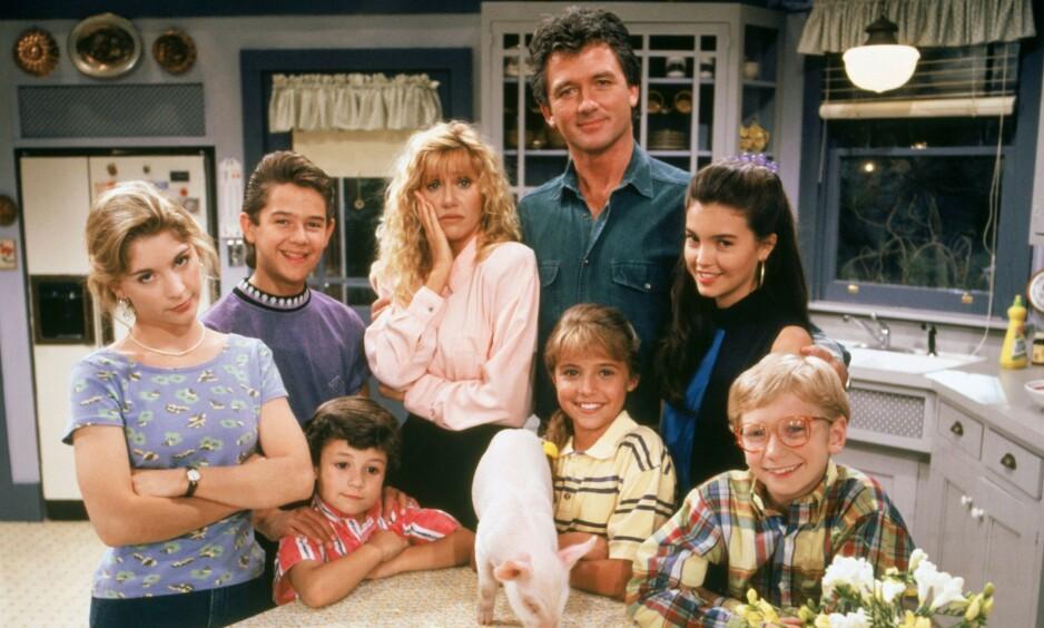 ÆRLIG: Såpestjernen Patrick Duffy (i midten bakerst) forteller nå om det brutale dobbeltdrapet på foreldrene sine i november 1986. Her er han avbildet i tv-serien «Step by Step». Foto: TV 2