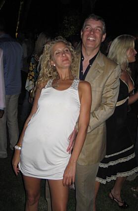 2008: Prins Andrew holder rundt den amerikanske sosietetskvinnen Chris von Aspen i Saint Tropez i 2008. Foto: Coleman-Rayner / Stella Pictures
