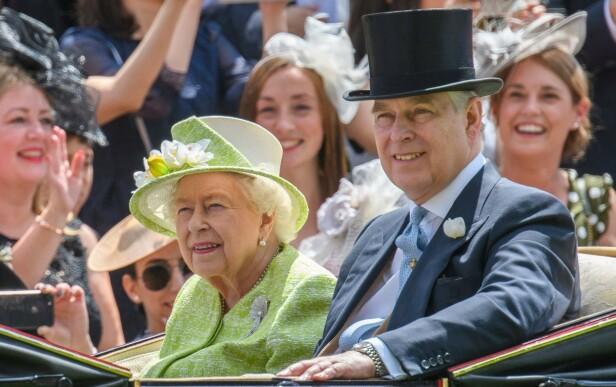 GODKJENT: Ifølge Maitlis godkjente Buckingham Palace og dronning Elizabeth intervjuet. Her er dronningen med sønnen prins Andrew. Foto: NTB Scanpix