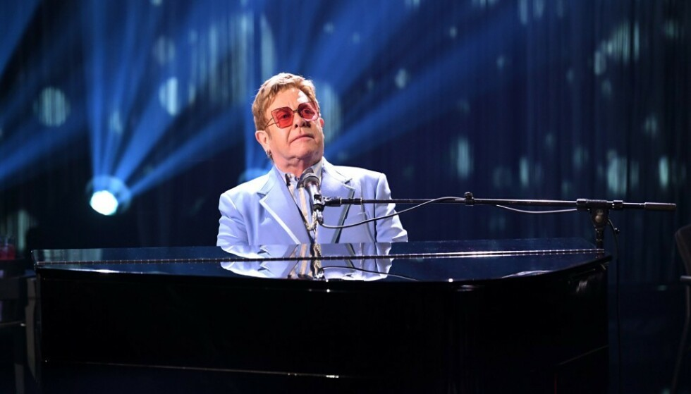 STJERNE: Elton John slik vi er vant til å se ham, på scenen bak et piano. I 2017 ble han alvorlig syk etter en kreftoperasjon, og fryktet å miste livet. Foto: NTB Scanpix