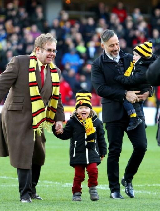 FAMILIEMANN: Elton John slutter å turnere for å tilbringe mer tid med familien. Her er han sammen med ektemannen og deres to sønner i 2014. Foto: NTB Scanpix