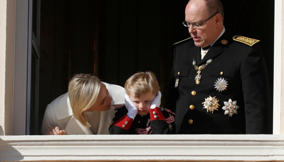 KJEDELIG: At det kan bli kjedelig å vinke fra balkongen, la ikke prins Jacques skjul på. Foto: NTB Scanpix
